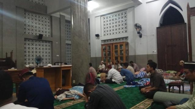 Mendengarkan kajian saat malam i'tikaf - Masjid Menara Iman, Kudus